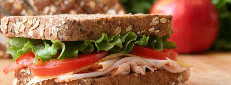 Вариант завтрака для похудения: бутерброд с салатом